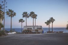 Free White Recreational Trailer Between Palm Trees Beside Sea During Daytime Photo Royalty Free Stock Photography - 86310877