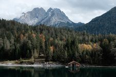 Free Brown Wooden Cabin In A Lake Stock Photo - 86312400