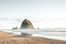 Free Brown Rock Formation On Ocean During Daytime Royalty Free Stock Images - 86469379