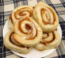Free Cinnamon Buns On A Plate Stock Photography - 8657472