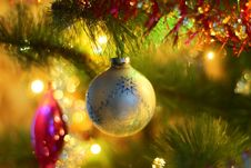 Free Christmas Ornament On Tree Royalty Free Stock Images - 86574899