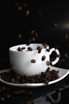 Free Coffee Cup With Failing Coffee Beans Royalty Free Stock Image - 8664396