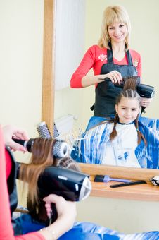 Free Little Girl In Hairdresser Salon Royalty Free Stock Images - 8673839