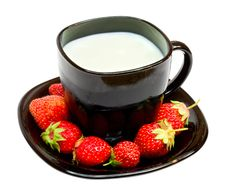 Free Black Cup With Milk And Strawberries Royalty Free Stock Image - 8691576