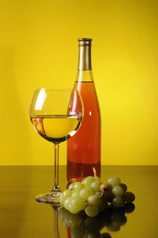 Free Grapes, Bottle And Glass Of Wine Royalty Free Stock Images - 8694779