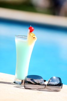 Free Cocktail On The Pool Royalty Free Stock Images - 8701189