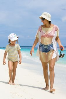 Free Daughter And Mother Walking On The Beach Stock Photography - 8713262