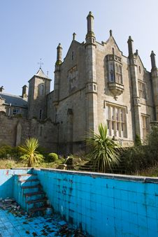 Free Mansion And Derelict Pool Royalty Free Stock Photography - 8737307