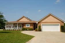 Free Modern Detached House With Double Garage Stock Photo - 87319780