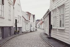 Free White Houses Outside During Daytime Stock Images - 87320024