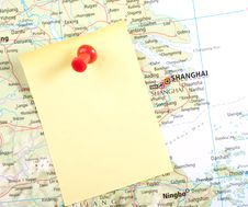 Free Yellow Note And Red Pin On Map Stock Photography - 8743402