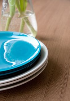 Free Clean Plates On Table Royalty Free Stock Image - 8748466