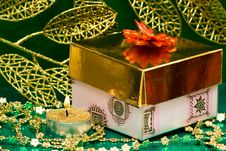 Free Golden Gift Box Royalty Free Stock Photography - 8762367