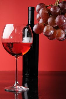 Free Glass And A Bottle Of Wine Stock Photography - 8788922