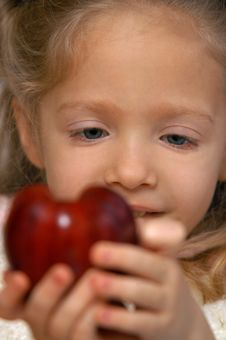 Free Girl Holding Apple Royalty Free Stock Photos - 8789568