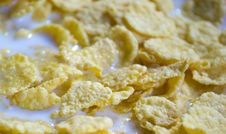 Free Corn-flakes-and-milk Stock Photo - 87853980