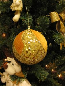 Free Golden-sequins-christmas-tree-ornaments-and-toys Royalty Free Stock Image - 87854906