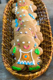 Free Gingerbread Men In A Bakery Basket Royalty Free Stock Photos - 87855218