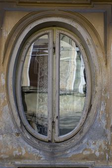 Free Photo Of An Oval Shaped Window Frame On Old House Facade. Royalty Free Stock Photography - 87856377