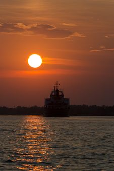 Free Ship Sailing Into Sunset Stock Images - 87858604