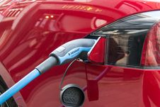Free Tesla Electric Car Charging Royalty Free Stock Photography - 87859077