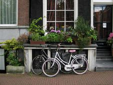 Free Bicycles Parked In Front Of Canal House Royalty Free Stock Photography - 87862357