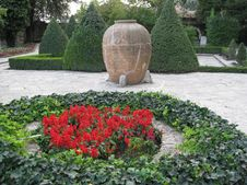 Free Round-flower-bed-and-amphora Royalty Free Stock Photos - 87864618