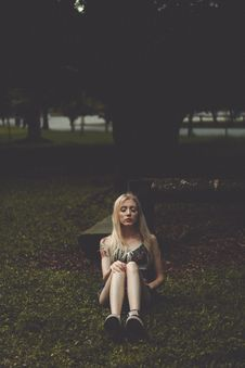 Free Woman Sitting In Grass At Park Stock Photography - 87964112
