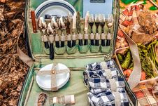 Free Open Picnic Bag With Cutlery And Tableware Stock Images - 88037604