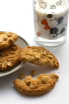 Free Peanut Cookies With Milk Royalty Free Stock Images - 8816449