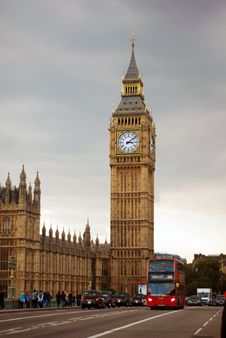Free Big Ben Tower Near City Road With Bus And Cars Traveling Under Gray White Clouds Royalty Free Stock Images - 88190779
