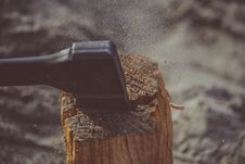 Free Splitting Wood Stock Photo - 88191660