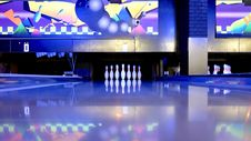Free Bowling Pins In Bowling Alley Stock Images - 88192884