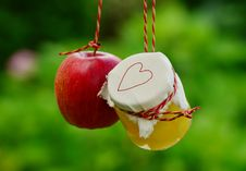 Free Red Apple Fruit Beside Clear Glass Jar Royalty Free Stock Photos - 88263368