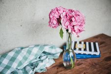 Free Vase Of Flowers On Table Stock Photography - 88264592