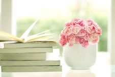 Free Vase Of Flowers With Books Stock Images - 88264634