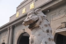 Free A Stone Lion Statue Before Office Of The President Royalty Free Stock Images - 8836669