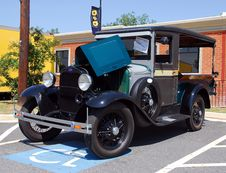 Free Vintage Auto In Handicapped Parking Space Stock Images - 88327704