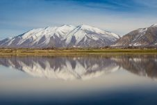 Free Snow Capped Mountains Reflecting In Lake Royalty Free Stock Photography - 88329747