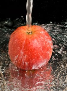 Free Red Apple Under Water Stream Royalty Free Stock Image - 8844416