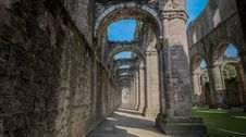 Free Fountains Abbey Corridor Royalty Free Stock Photo - 88692545