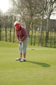 Free Female Golfer Putting Royalty Free Stock Image - 8872906