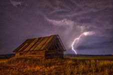 Free Brown And Beige Wooden Barn Surrounded With Brown Grasses Under Thunderclouds Stock Photography - 88895962