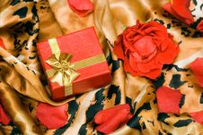 Free Gift Box With Rose Royalty Free Stock Images - 8897039