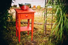 Free Red Console Table In Garden Stock Photography - 88985932