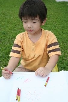 Free Boy Draws With Crayon Royalty Free Stock Images - 894319