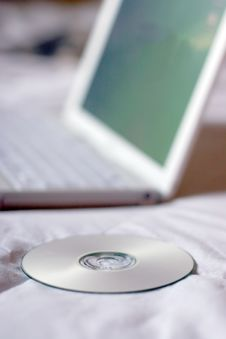 Free Cd Next To Laptop Royalty Free Stock Photography - 894747