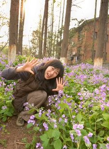 Free Chinese Girl Squatting In The Flowers Royalty Free Stock Images - 8905879