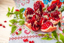 Free Cut The Pomegranate On A Plate Royalty Free Stock Photography - 89094797