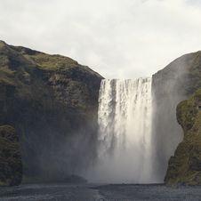 Free Waterfalls Near Green Rock Formation Royalty Free Stock Photo - 89192955